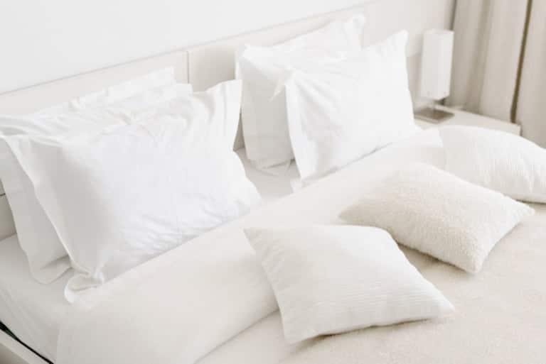 dormir con o sin almohada
